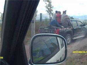 忠县一辆皮卡车后斗上拉5名工人