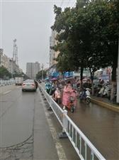爆料跃进路医院路段每天堵车的原因,附解决办法!