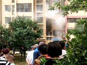 4号下午,即墨宝龙中央尊邸一居民楼发生火灾!