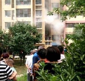 4号下午,即墨宝龙中央尊邸一?#29992;?#27004;发生火灾!