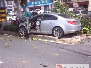 墨河公园附近发生一起车祸!车头直接撞进去了