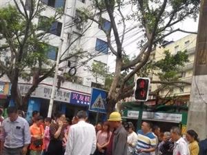 宜宾一女子闯红灯被撞,责任是谁的?你怎么看