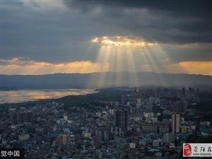 贵州威宁现美丽晚霞 霞光穿破云层如UFO降临