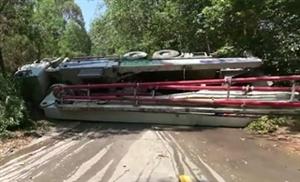 今天下午大洋路一辆水泥泵车侧翻在路中间