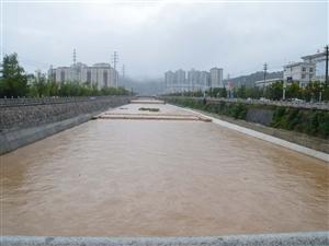 风雨中的山阳城显得更磅礴有气势