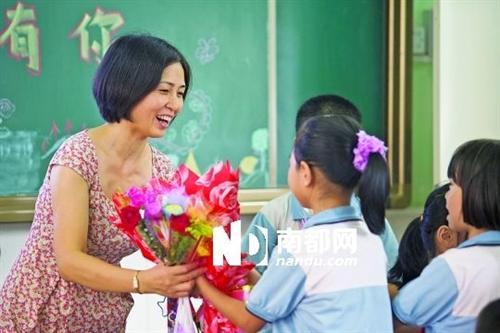 教师节开始流行学生给老师送鲜花你怎么看?