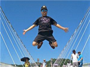 怕惊人 敢在玻璃桥上这么玩