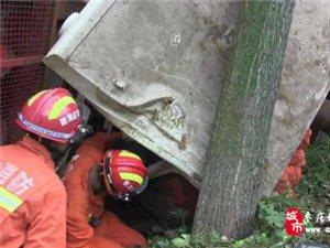 收割机农田侧翻 滕州消防营救被卡司机