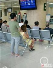 男孩穿着粉色高跟鞋站在医院!网友们的关注点却跑歪了