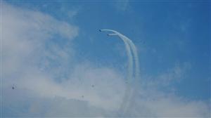 2017四川国际航展开幕式,飞机在空中盘旋轰鸣,进行精彩的特技飞行表演