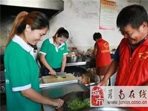 志愿者国庆中秋双节庆 爱心送到敬老院