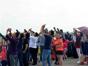 2017四川国际航空航天展览会吸引大量的外地游客和本地群众前来观展