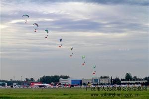 """2017四川国际航空航天展览会:动力滑翔伞低空起舞,上演""""空中飞人"""""""