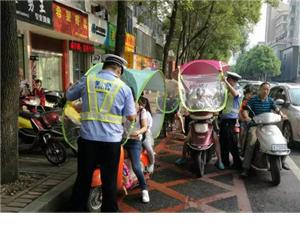 乐平父母骑电动车带小孩时千万不要这样做,太危险了!