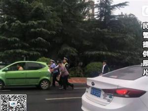 胶州:私家车抛锚导致拥堵,交警市民上阵推车!
