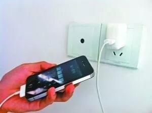 【实用】手机充电先插手机还是电源?绝大多数人都做错…