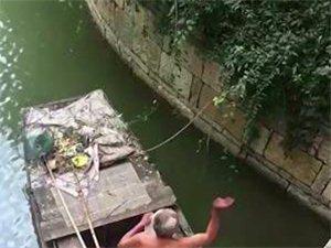 点赞!枣庄一环卫工帮游客打捞落水手机 婉拒游客报酬