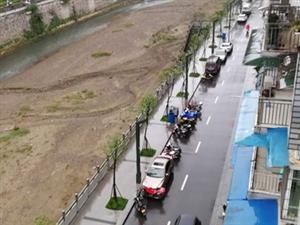 聚祥花园河滨路成了停车场,有时连错车都很困难。