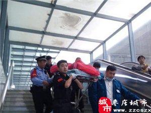 枣庄一旅客身患重病赶火车就医,车站人员齐力抬担架