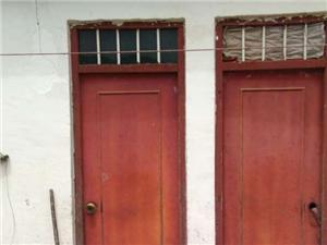 扶贫给镇雄花山乡两孤老的房子,刚修好就开裂