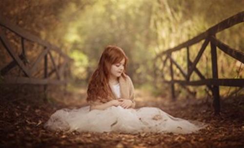 金黄色秋日光晕下的甜蜜宝贝