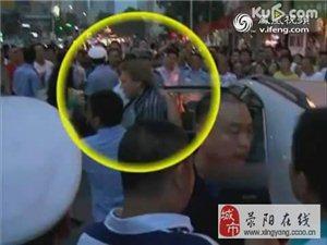郑州街头老外打中国女孩还吐口水!万人围堵场面震撼
