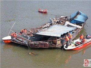 高州:这艘停在鉴江河上多年的餐饮船进行拆除拖离,大家对这个地方还有印象