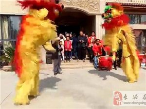 林城一老人70大寿,现场锣鼓喧天,舞狮腾飞