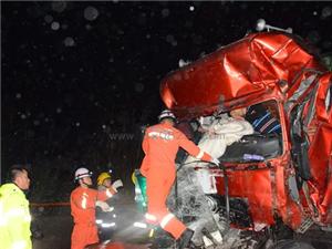 蓬溪境内发生4车追尾车祸事故 消防实施生死营救