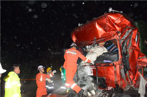 蓬溪境内发生4车追尾车祸事故消防实施生死营救