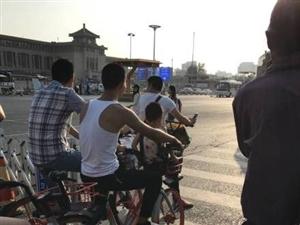 广东中山一男子违反规定将女儿放入共享单车的车篮中骑行,途中女童脚掌被卡