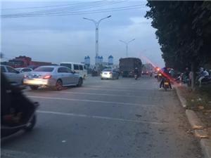 高州里麻附近路段发生一起交通事故,一摩托车车头变形严重!
