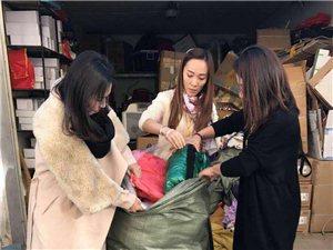 """""""让我们一起温暖过冬""""一家人为丽江捐赠衣物送温"""