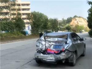 高州一小车在等红绿灯时被追尾,小车车尾受损严重!
