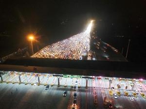 晚高峰郑州高速口 车辆排长龙如银河战舰