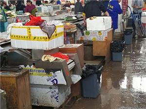 市场工作人?#22791;?#31165;类和水产类摊位发放垃圾桶及垃圾袋,并要求做?#26790;?#29983;保洁。