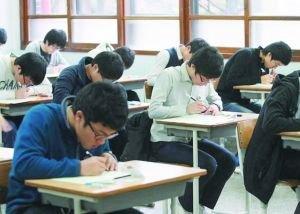 汉中:中学老师考场上给学生