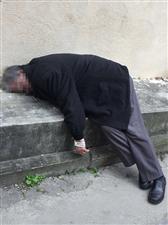 汉中一老人猝死在小区路边!