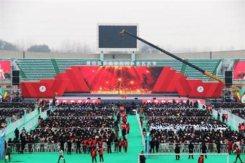 今天,临泉体育场万人齐聚,杂技节火了!!