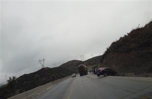 昭麻二级路上,一辆轿车栽倒在背沟头