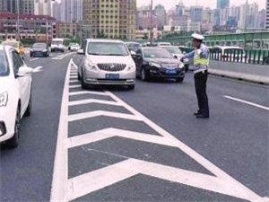 车主注意路面上导流线压不得,违反将记3分罚100元