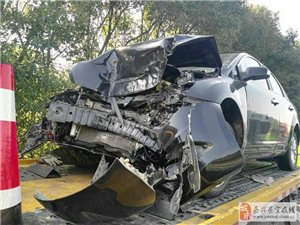 """飞来横祸!货车高速上掉下一大筒纸 后面轿车瞬间""""毁容""""!"""