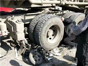 【最新事件】三环路与名吃一条街路口发生严重车祸,大人孩子卷在车轮下。