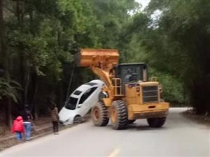 高州荷花文山桥附近一小车飞出路基,尾部受损严重!