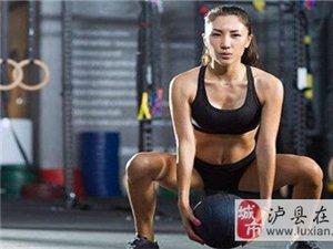 交叉深蹲锻炼起来并不难,而且也是非常适合多数女生来进行锻炼的!