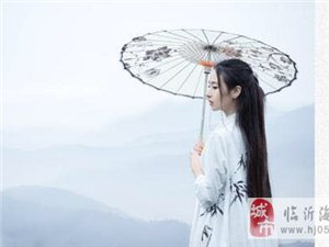 枫红轻飘过,溪桥竹排游。金风细细雨,荷塘淡淡风。鸟语青山