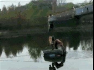 和平小溪口一轿车冲破栏杆倒扣在河中