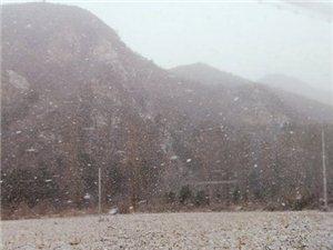 初雪遇见山楂小院