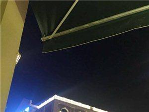 汉街的一把骨~~~坐在一把骨的外面,欣赏汉街的风景这边独好(图片)