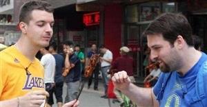就喜欢看老外一本正经的在吃中国美食,简直要萌化了!
